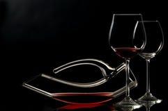 Bicchiere di vino e decantatore eleganti fotografia stock libera da diritti