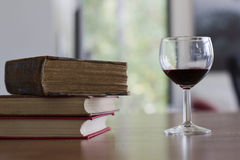 Bicchiere di vino e libri Immagine Stock