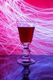 Bicchiere di vino e luce astratta Fotografia Stock Libera da Diritti