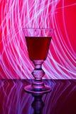 Bicchiere di vino e luce astratta Fotografia Stock
