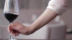 Bicchiere di vino messo sulla Tabella stock footage