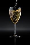 Bicchiere di vino in pieno di vino Fotografia Stock