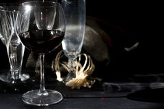 Bicchiere di vino di vino rosso invecchiato fotografia stock libera da diritti