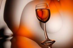 Bicchiere di vino su fondo astratto Immagine Stock