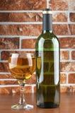Bicchiere di vino su fondo di pietra Fotografia Stock Libera da Diritti