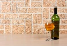 Bicchiere di vino sul fondo del mattone Immagini Stock