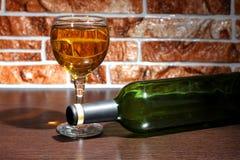Bicchiere di vino sul mattone Immagine Stock
