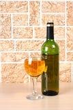 Bicchiere di vino sul mattone Fotografie Stock Libere da Diritti