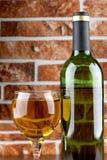 Bicchiere di vino sul muro di mattoni Immagini Stock