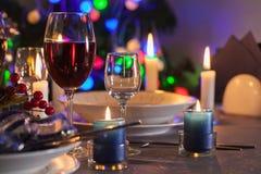 Bicchiere di vino sulla tavola di natale fotografie stock