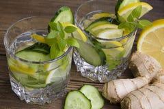 Bicchieri d'acqua con frutta, zenzero, cetriolo Fotografia Stock Libera da Diritti