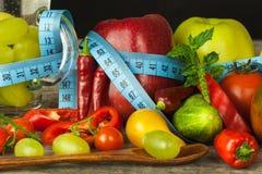 Bicchieri d'acqua e un metro del ` s del sarto Frutta e verdure Il concetto di perdita di peso Dieta sana Fotografie Stock