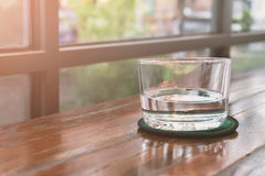 Bicchieri d'acqua su una tavola di legno Fuoco selettivo DOF basso Immagine Stock Libera da Diritti