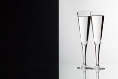 Bicchieri d'acqua sullo scrittorio di vetro Immagine Stock Libera da Diritti