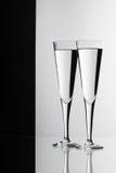 Bicchieri d'acqua sullo scrittorio di vetro Immagine Stock
