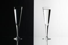 Bicchieri d'acqua sullo scrittorio di vetro Fotografia Stock