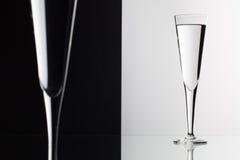 Bicchieri d'acqua sullo scrittorio di vetro Fotografie Stock