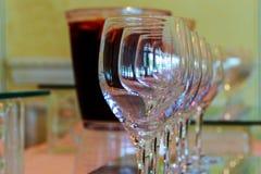 Bicchieri di vino alla barra Fotografie Stock Libere da Diritti