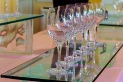 bicchieri di vino alla barra molti vetri di vino differente in una fila sul contatore della barra Fotografia Stock