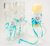 Bicchieri di vino alti di nozze con la decorazione Fotografia Stock