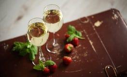 Bicchieri di vino con vino bianco decorato con la fragola e la menta Immagini Stock