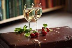 Bicchieri di vino con vino bianco decorato con la fragola e la menta Fotografia Stock Libera da Diritti