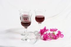Bicchieri di vino con i fiori Immagine Stock Libera da Diritti