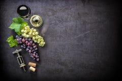Bicchieri di vino con l'uva ed i sugheri Immagini Stock Libere da Diritti
