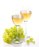 Bicchieri di vino con la vite e l'uva da tavola Immagini Stock