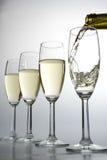 Bicchieri di vino di riempimento con vino Fotografie Stock Libere da Diritti