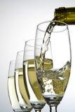 Bicchieri di vino di riempimento con vino Immagini Stock Libere da Diritti