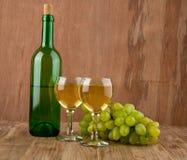 Bicchieri di vino e bottiglia Fotografia Stock Libera da Diritti