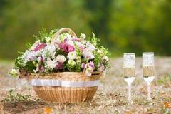 Bicchieri di vino e fiori Fotografie Stock Libere da Diritti