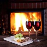 Bicchieri di vino, formaggio e dadi. Immagine Stock