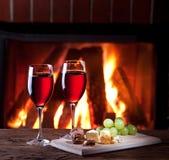 Bicchieri di vino, formaggio e dadi. Immagine Stock Libera da Diritti