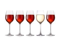 Bicchieri di vino isolati su fondo bianco Immagine Stock