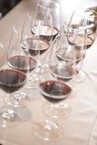 Bicchieri di vino nella fila Fotografia Stock