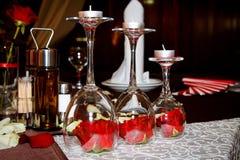 Bicchieri di vino romantici della decorazione di giorno di biglietti di S. Valentino con le candele Immagini Stock Libere da Diritti