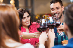 Bicchieri di vino tintinnanti degli amici al ristorante Fotografia Stock Libera da Diritti