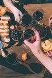 Bicchieri di vino di tintinnio delle coppie Fotografia Stock