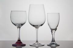 Bicchieri di vino vuoti su fondo bianco Fotografie Stock Libere da Diritti