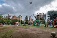 Bicentenário Quadrado Plaza del Bicententario com os anéis que dizem a história de Argentina - Córdova, Argentina fotografia de stock