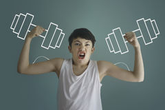 Biceps de l'adolescence d'exposition de garçon d'enfant avec les cloches muettes dessinées avec la craie Photos libres de droits
