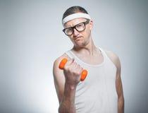 Biceps de levage d'homme faible drôle Images libres de droits