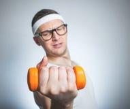 Biceps de levage d'homme faible drôle Photographie stock libre de droits