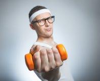 Biceps de levage d'homme faible drôle Photos stock