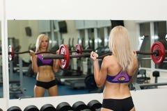 Lyftande heavyweight för stark flicka Royaltyfri Bild