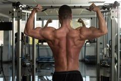 Biceps s'exerçant avec le câble Image stock