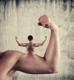 Biceps surréaliste bras tendu avec le dos d'un homme image stock