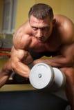 Bicepsen die van een sterke mens zijn ontsproten Stock Foto